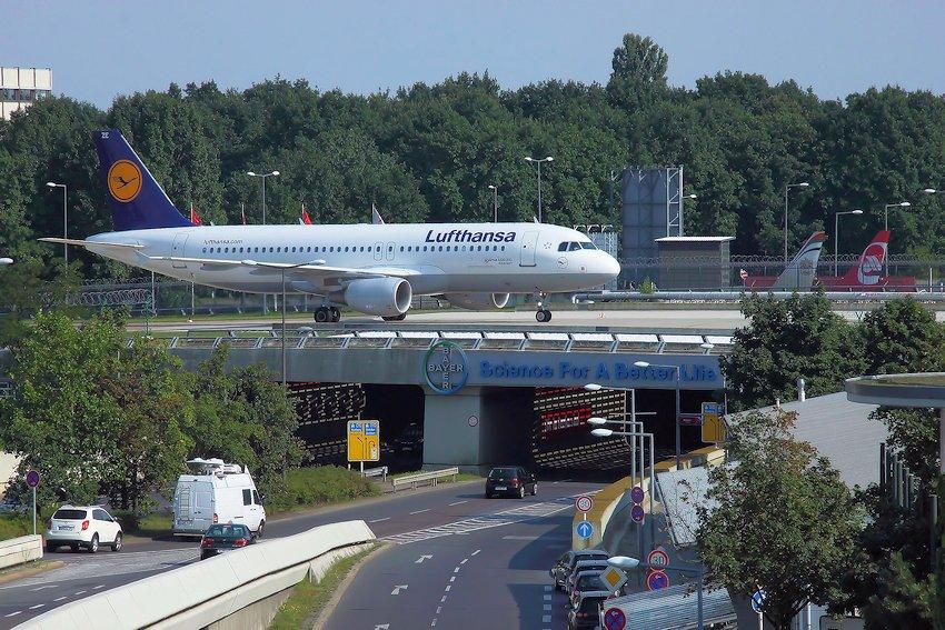 Br Cke F R Flugzeuge Ber Zubringer Zum Flugplatz