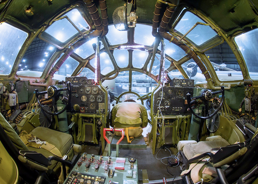 Boeing B-29 Superfortress - Cockpit des Bombers