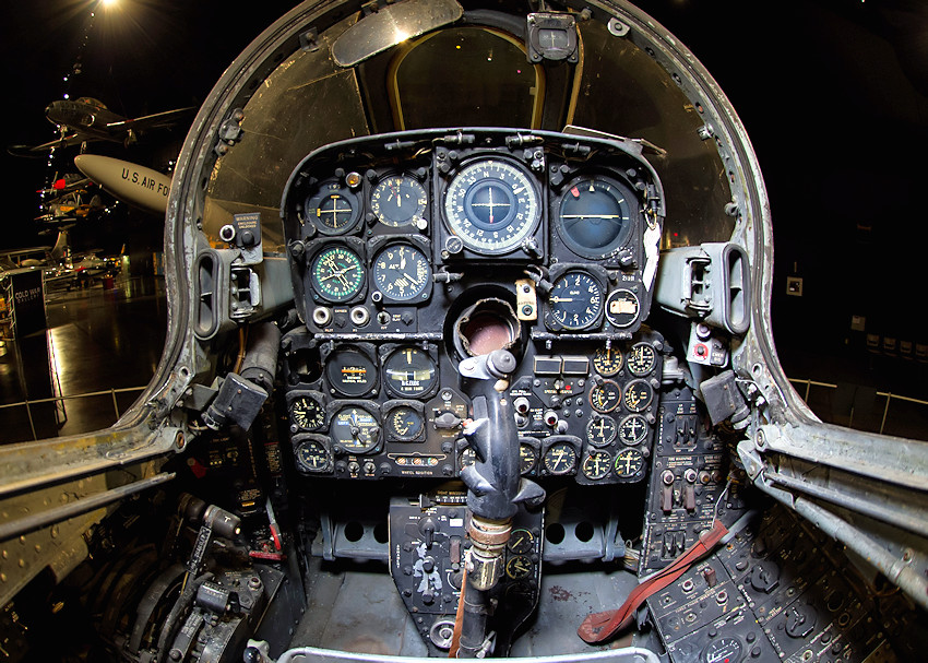 Cockpit der Northrop F-89J Scorpion